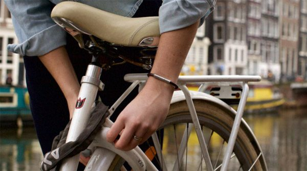 Nederlandse armband houdt belagers op afstand met stank