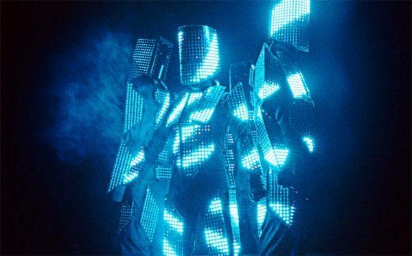 Indrukwekkende LED-kostuums zijn voorzien van duizenden lampjes