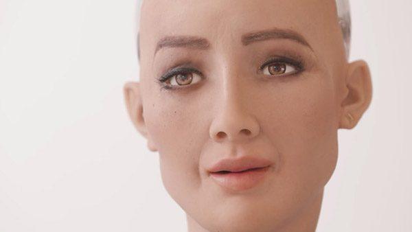 De wonderlijke Sophia robot kan nu ook lopen