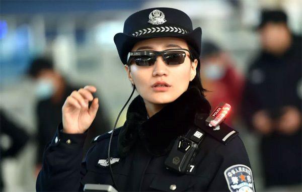 De Chinese politie draagt brillen met gezichtsherkenning