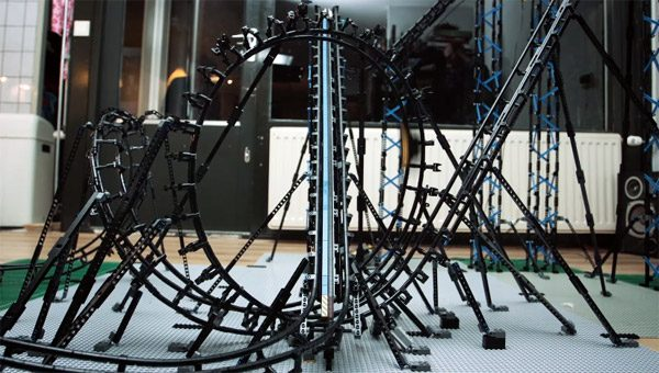 Nederlandse neven bouwen indrukwekkende LEGO-achtbaan