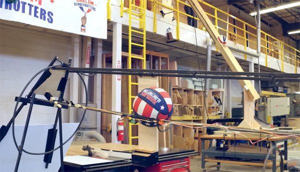 Deze Rube Goldberg machine doet trucs met een basketbal
