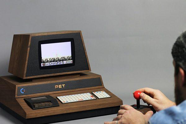 Een schitterende houten retro-versie van de iconische Commodore Pet