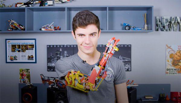 Tiener uit Andorra bouwt LEGO-armprothese