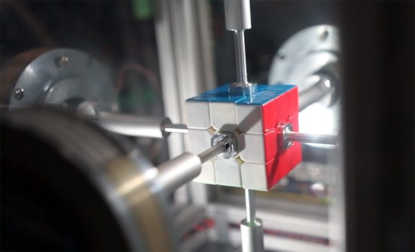 Razendsnelle robot lost Rubiks' Kubus op in 0,38 seconden
