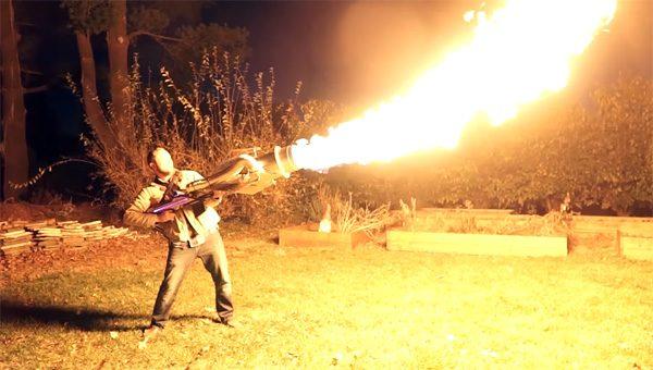 YouTuber bouwt vlammenwerper die vuurkolken spuwt