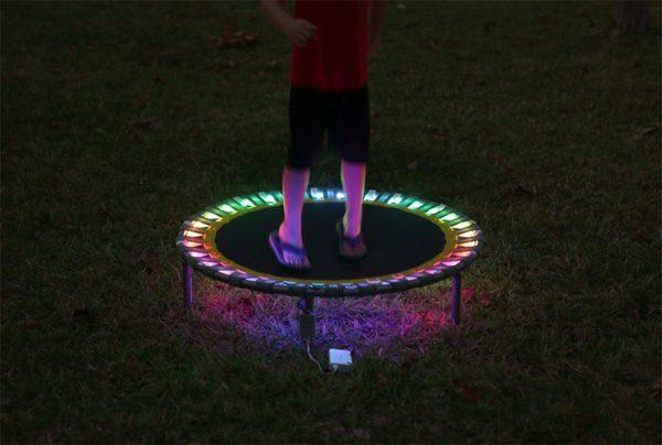 Zo bouw je een trampoline met LEDs die oplichten als je springt
