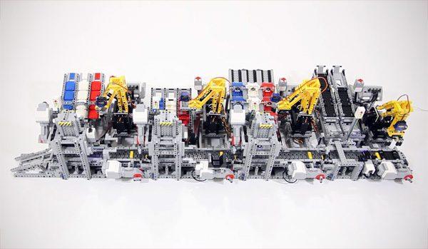 Een autofabriek met een lopende band gemaakt van LEGO