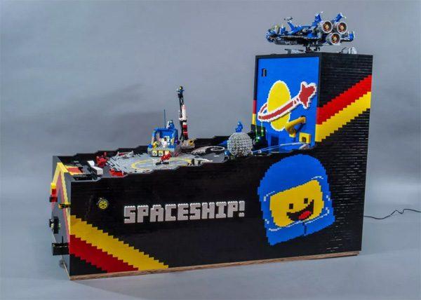 Deze indrukwekkende flipperkast is gebouwd met LEGO