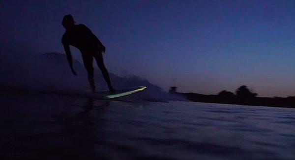 Nachtelijk surfen met een lichtgevende surfplank