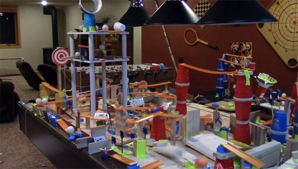 Deze huisgemaakte Rube Goldberg machine is de ultieme plakbandhouder