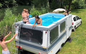 Kunstenaar bouwt caravan om tot mobiel zwembad