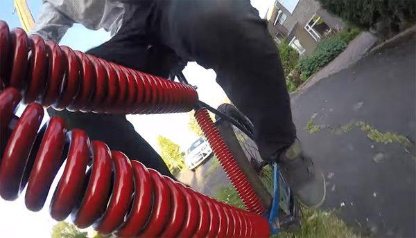 Colin Furze heeft een fiets gebouwd van grote veren