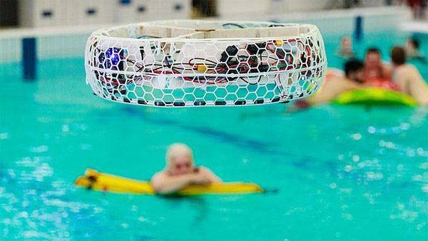 Deze drones helpen badmeesters bij het bewaken van het zwembad