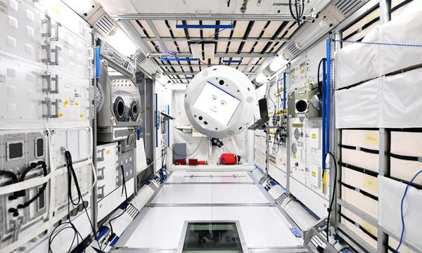 Deze zwevende en pratende robot van ESA gaat naar het ISS