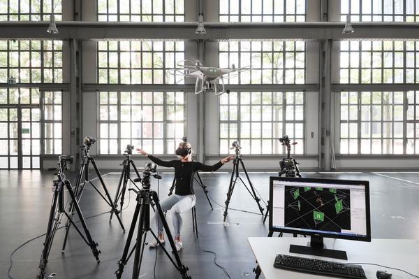Met dit nieuwe systeem bestuur je drones met je lichaam