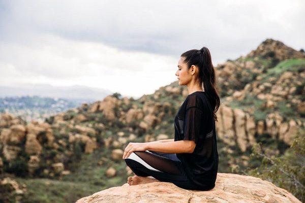 Deze yogabroek geeft je met trillingen de juiste houding