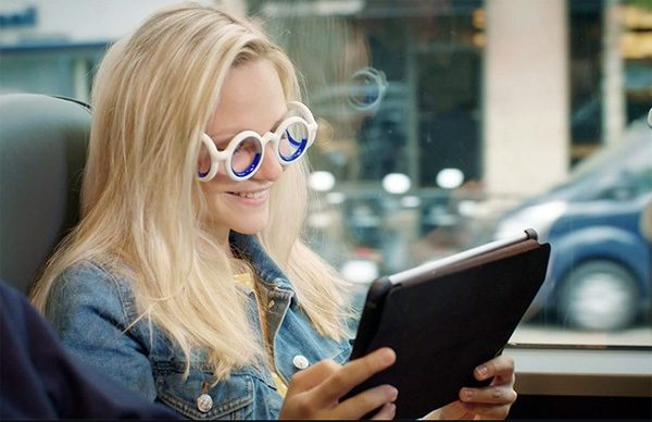 Innovatieve, zonderlinge bril verhelpt wagenziekte