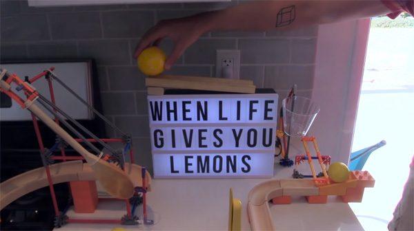 Bijzonder gecompliceerde Rube Goldberg machine maakt limonade