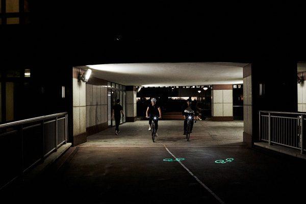 Laserlight Core projecteert een fiets op de weg