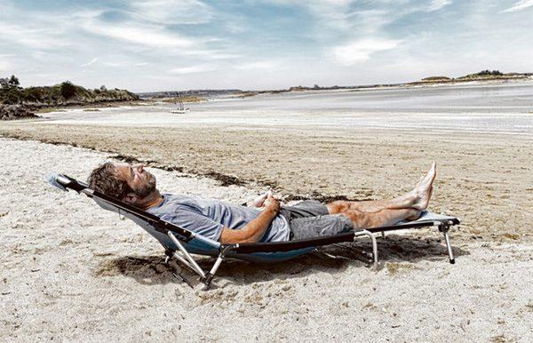 Deze handige rugzak transformeert in een campingbed en ligstoel