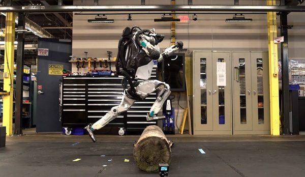 Het begin van het einde: de Atlas robot kan nu op objecten klimmen