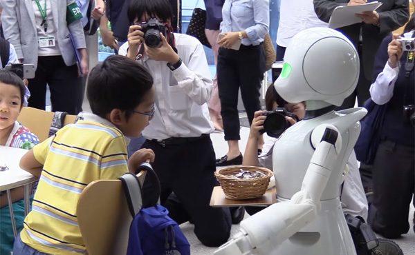 Dit café in Tokio gebruikt robots die worden bestuurd door gehandicapten