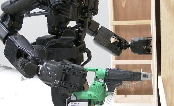 Deze Japanse robot is in staat om muurtjes te bouwen