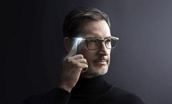 TouchFocus: een bril die met een druk op de knop een leesgedeelte activeert