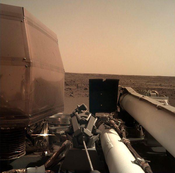 De eerste beelden van de Insight Mars Lander zijn aangekomen