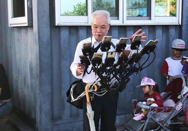 70-jarige Pokémon-fan speelt met elf telefoons tegelijk