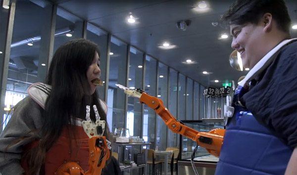 Arm-a-Dine: een robotarm die je voert