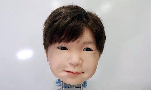 Dit Japanse robotkind bootst menselijke gezichtsuitdrukkingen na