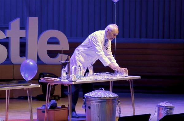 Enthousiaste scheikundige toont 25 experimenten in 15 minuten