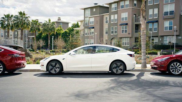 Tesla's beschikken nu over een scheetkussen-functie en een romantische modus