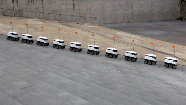 Kleine elektrische robotkarretjes brengen snacks rond op universiteiten