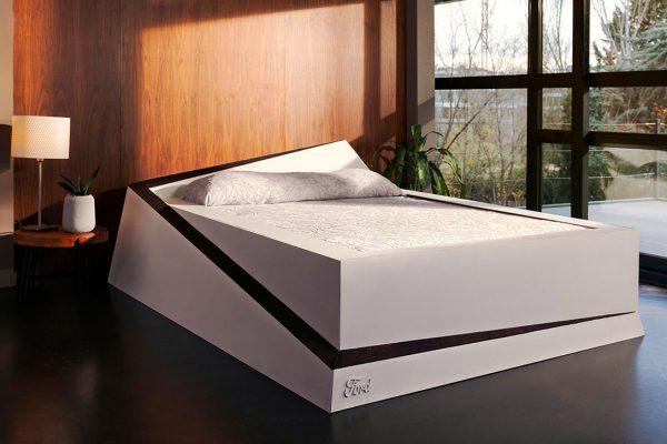 Dit bed gebruikt lane keeping technologie om je partner op zijn plek te houden
