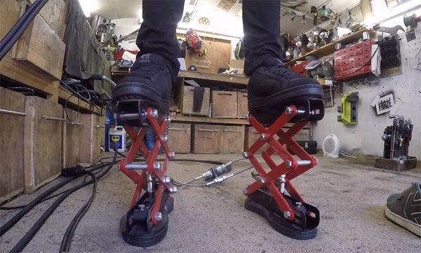 Hydraulische schoenen geven Colin Furze extra lengte