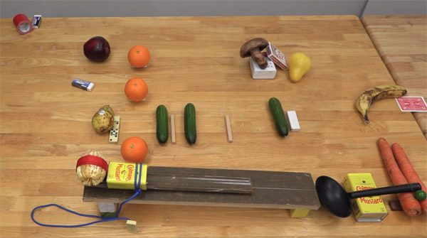Deze Rube Goldberg machine geeft het zout aan