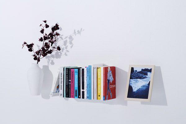 Japans designbureau ontwikkelt zwevende boekenplank en plant