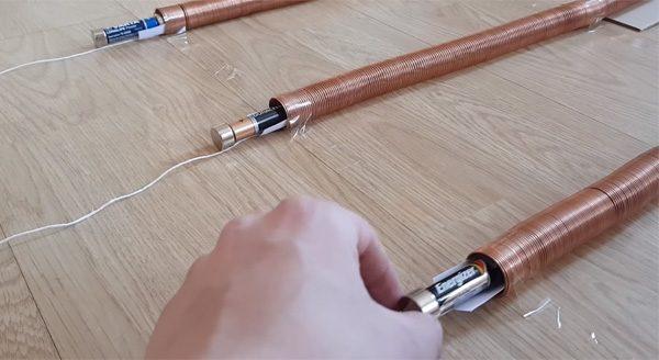 Batterijen testen met magneten en koperdraad