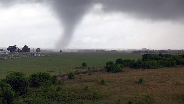 Een tornado gefilmd door een drone met 4K-camera
