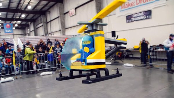 Deze drone is vermomd als ouderwetse LEGO-helikopter