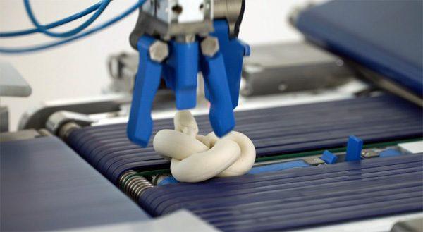Razendsnelle robot maakt duizenden bakkerijproducten per uur