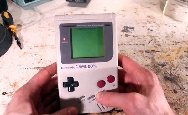 De zinnenprikkelende restauratie van een oude GameBoy