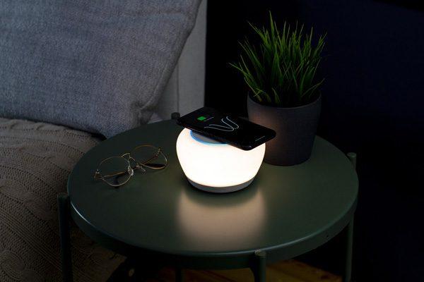 Luna: lamp, speaker, stemassistent en draadloze lader in één