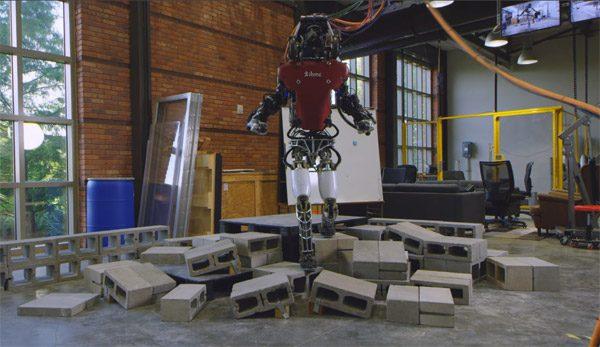 De Atlas robot kan nu over hobbelig terrein wandelen