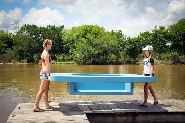 Deze drijvende picknicktafel is ideaal voor de zomer