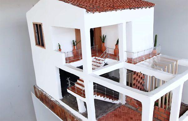 De rustgevende bouw van een piepklein huisje