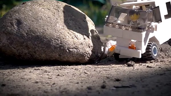 YouTuber laat LEGO-auto's crashen in slow-motion